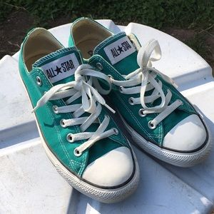 green lowtop converse shoes